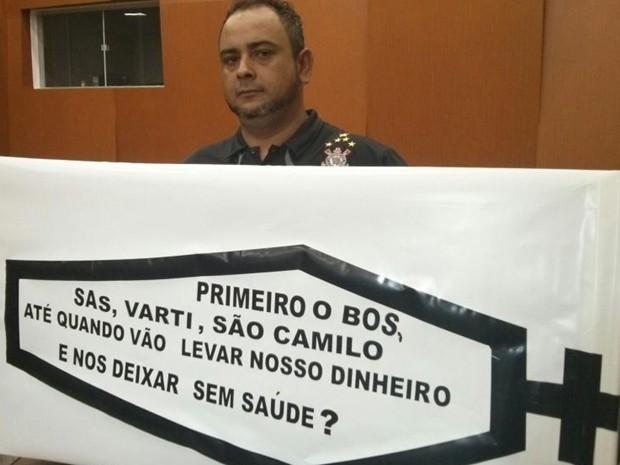 Morador fez 'caixão da saúde' para protestar durante sessão (Foto: Cláudio Nascimento/ TV TEM)