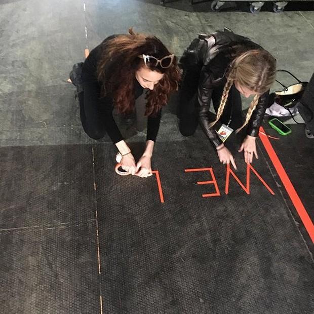 Making of da criação da mensagem de Lizzy Jagger e Theodora Richards (Foto: reprodução/instagram)