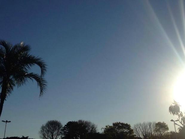 Sol apareceu nesta sexta-feira em Campo Grande, apesar da temperatura amena (Foto: Carla Salentim/G1 MS)