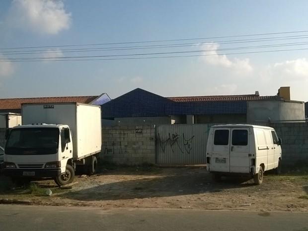 Portão e cadeado protegem carros guardados no interior de creche inacabada em Suzano (Foto: Flávia Caparroz/ VC no G1)