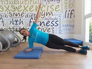 O exercício possui o objetivo de fortalecer a parede abdominal  (Foto: Sarah Wollermann)
