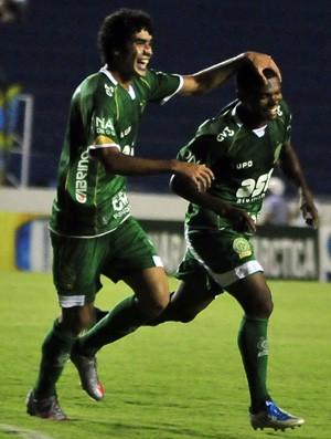 Bruno Mendes e Oziel festejam gol do Guarani contra o Catanduvense (Foto: Rodrigo Villalba / Memory Press)