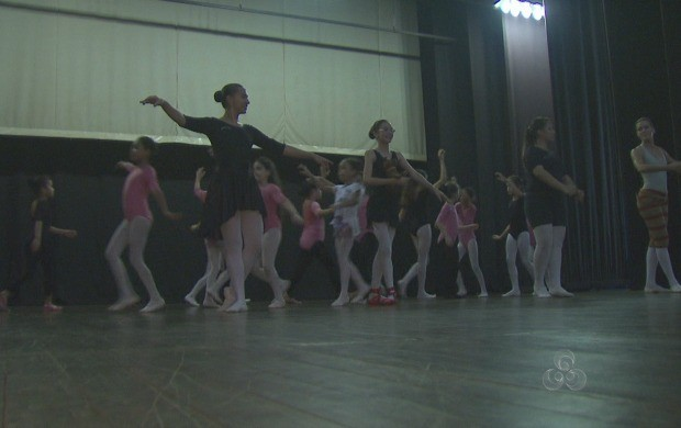 """Crianças ensaiam o espetáculo """"O Mundo de Oz"""" (Foto: Reprodução TV Acre)"""