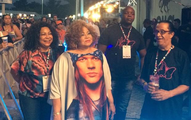 Alcione usa roupa estampada com o rosto de Axl Rose, vocalista do Guns N' Roses (Foto: José Raphael Berrêdo/G1)