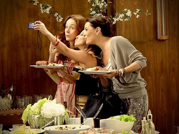 Noêmia e Alexia registram o momento com Beverly (Foto: Avenida Brasil / TV Globo)