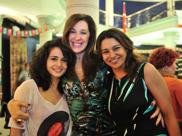 Claudia Raia posa para foto com as companheiras de elenco Dira Paes e Nanda Costa (Foto: TV Globo / João Miguel Júnior)