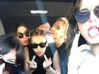 Miley Cyrus faz gesto obsceno em foto com a namorada