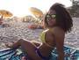 Filha de Adriana Bombom e Dudu Nobre curte praia após internação