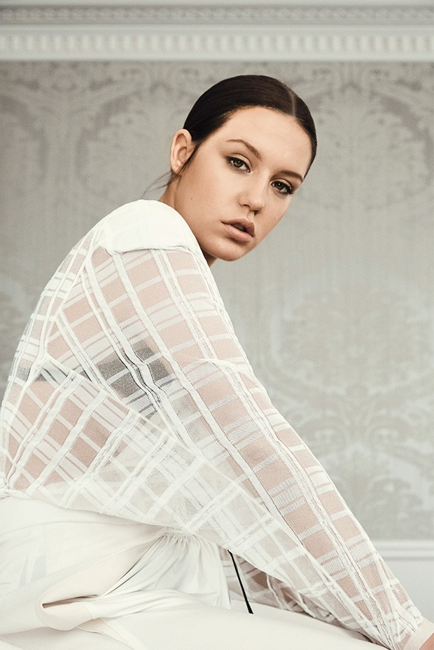 Body de seda, R$ 11.200, e calça de lã com jérsei e detalhe de couro, R$ 5.050 (Foto: Fe Pinheiro)