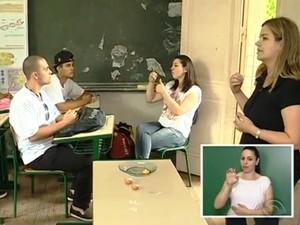 Professores apreenderam Libras para facilitar as aulas (Foto: Reprodução/RBS TV)