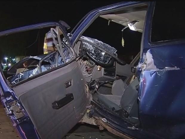Motorista do carro que vinha atrás teve ferimentos e foi socorrido (Foto: Reprodução / TV TEM)