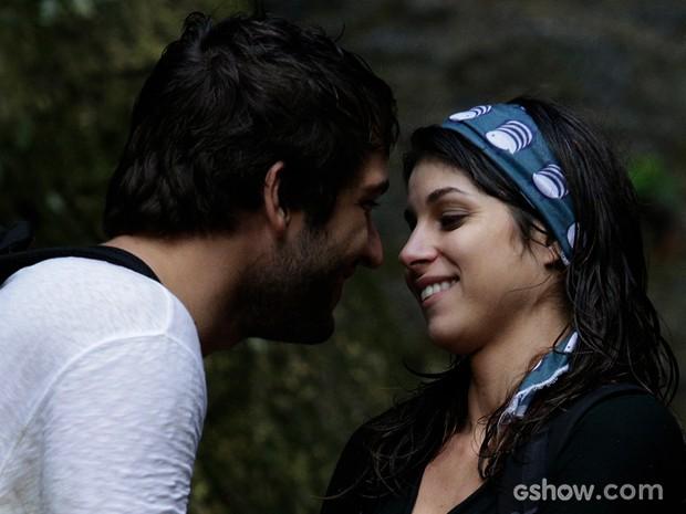 Que fogo! Manu e Davi quase se beijam, mas engenheira segura vontade (Foto: Fábio Rocha/TV Globo)
