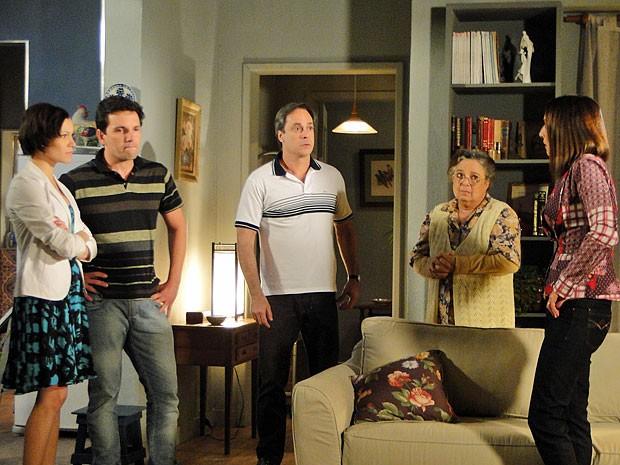 Laís e Julinho deixam seus pais sem notícias (Foto: Amor Eterno Amor/TV Globo)