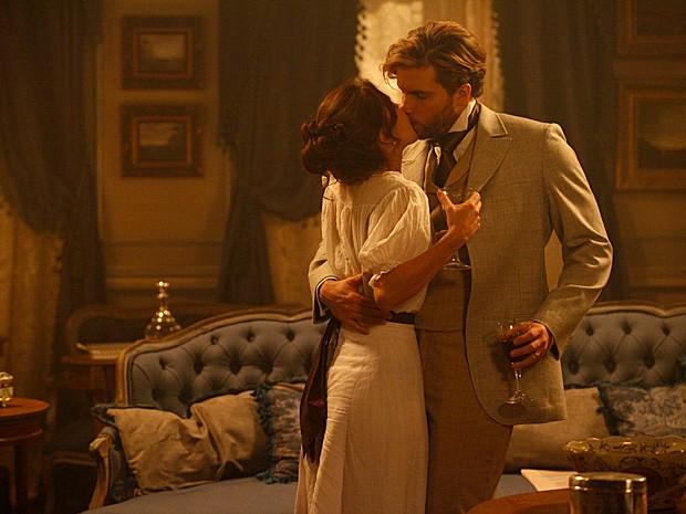 O casal viveu momentos de grande paixão na casa que ganharam (Foto: Lado a Lado / TV Globo)