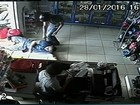Ladrão agride comerciante e pede para embrulhar item roubado; vídeo