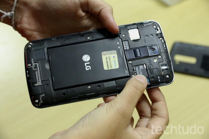 Coloque o microSD no espaço acima do SIM 1 no LG K10 (Foto: Anna Kellen Bull/TechTudo)