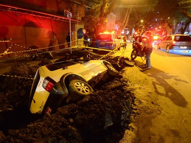 Um táxi caiu em um buraco na Rua Conselheiro Portela, no bairro do Espinheiro, Zona do Norte do Recife, na tarde desta segunda-feira (2). Segundo testemunhas, o motorista teria desviado de uma moto e perdido o controle da direção (Foto: Paulo Uchôa/LeiaJáImagens/Estadão Conteúdo)