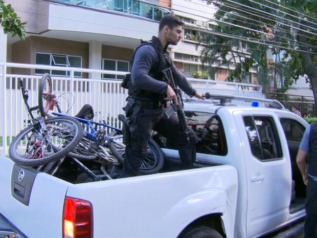 Bicicletas usadas por menores foram levadas para DP (Foto: Reprodução/TV Globo)