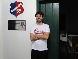 Morador da república Consulado, Felipe Cruz, é a favor dos trotes (Foto: Thais Pimentel/G1)