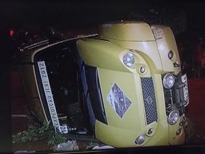 Carro capotou e atropelou mãe e filho em Montes Claros  (Foto: Reprodução / Inter TV Grande Minas)