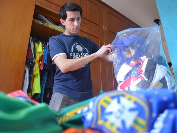 Camisas das seleções da Copa voltam para o armário após fim da Copa do Mundo (Foto: (arquivo pessoal/ Luís Corvini))