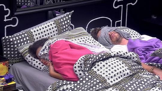 Emilly e Marcos continuam dormindo no Quarto Preto