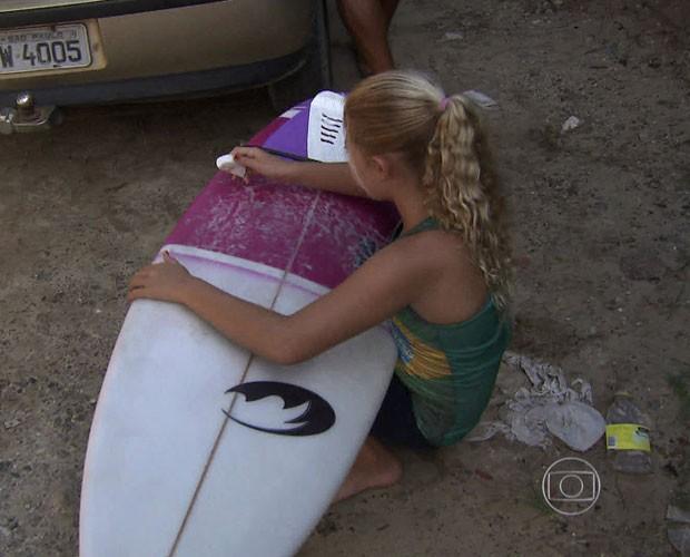 A primeira prancha da garota veio do ferro velho (Foto: TV Globo)