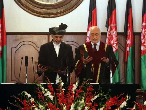 Ashraf Ghani aparece ao lado do chefe da justiça em cerimônia de posse como novo presidente do Afeganistão nesta segunda-feira (29) em Cabul (Foto: AP Photo/Rahmat Gul)