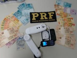 Com eles, a polícia apreendeu R$ 2 mil em dinheiro (Foto: Divulgação/PRF)