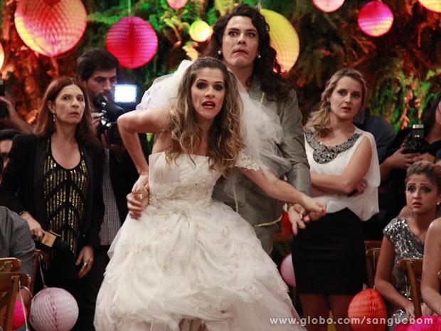 Tina foge do altar e Pau de Jacu segura a louca (Foto: Ellen Soares/TV Globo)