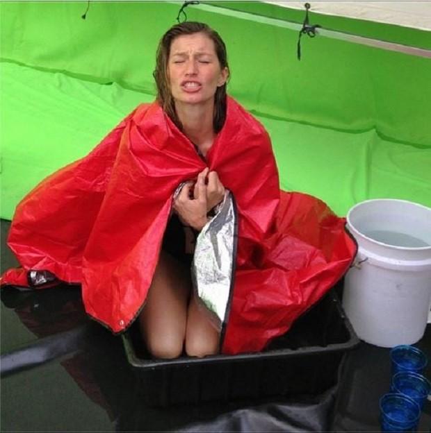 É na bacia! Gisele Bündchen encara água gelada em dia de trabalho