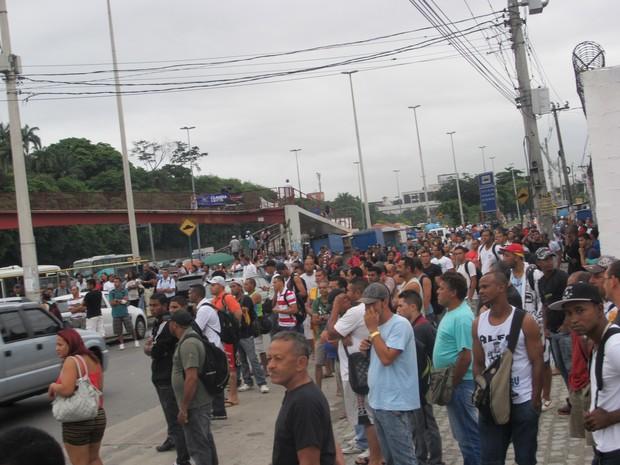 Dezenas das pessoas aguardam em ponto de ônibus no Subúrbio do Rio (Foto: Renata Soares/ G1)