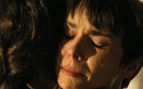 Nina e Carminha superam as diferenças e se perdoam