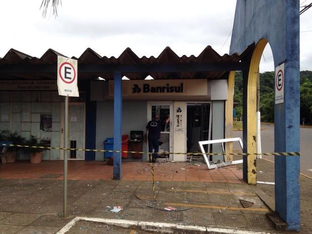Banco foi arrombado com explosivos (Foto: Josmar Leite/RBS TV)