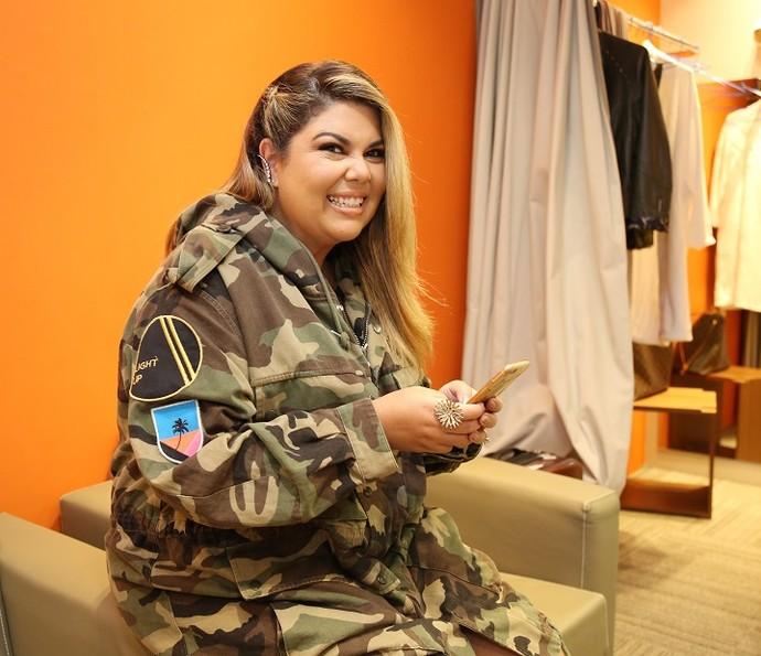 Fabiana Karla diz que é antenada e está sempre de olho no celular (Foto: Carol Caminha/Gshow)