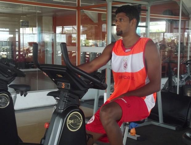 Alysson foi submetido a testes físicos em uma academia da zona Sul de Natal (Foto: Tiago Menezes/GLOBOESPORTE.COM)