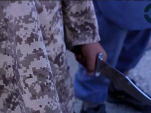 Criança parece decapitar soldado sírio em novo vídeo do grupo Estado Islâmico (Foto: Reprodução/ Twitter/ Rita Katz)