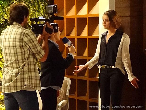 A patricinha fica surpresa com a pergunta da fofoqueira (Foto: Sangue Bom / TV Globo)