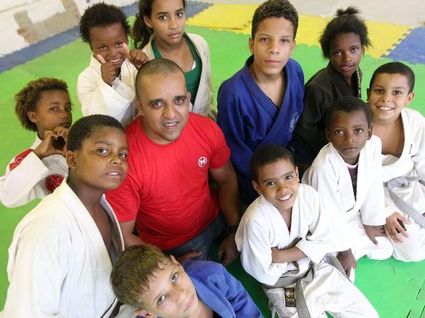 Pastor Anderson faz trabalho comunitário há sete anos na comunidade (Foto: Marcos de Paula / G1)
