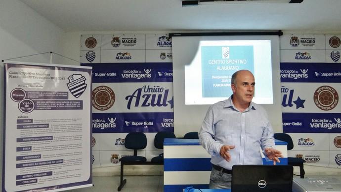 Consultor Henrique Teixeira apresenta o planejamento estratégico do CSA para 2015 (Foto: Henrique Pereira/GloboEsporte.com)