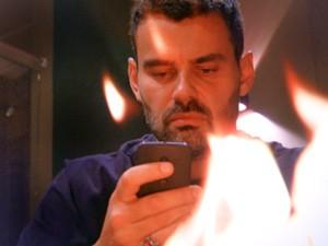 Maurílio queima fantasia de morte (Foto: TV Globo)