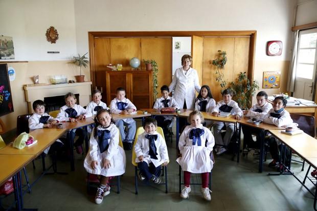 Ana Dorrego é uma professora da zona rural de Minas, uma cidade uruguaia. Na foto, de 15 de setembro, ela posa com seus alunos da escola Agustín Ferreira (Foto: Reuters/Andres Stapf)