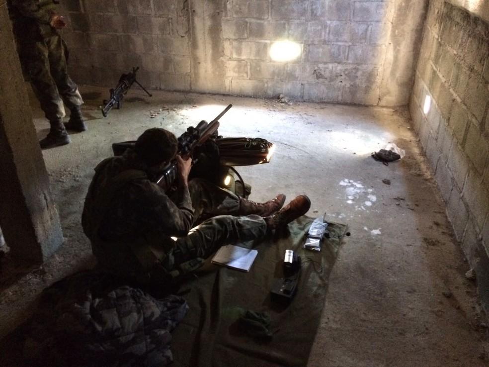 No curso realizado em maio, os militares brasileiros praticaram o tiro de precisão em diversas situações (Foto: Divulgação/Centro de Instrução de Operações Especiais do Exército)
