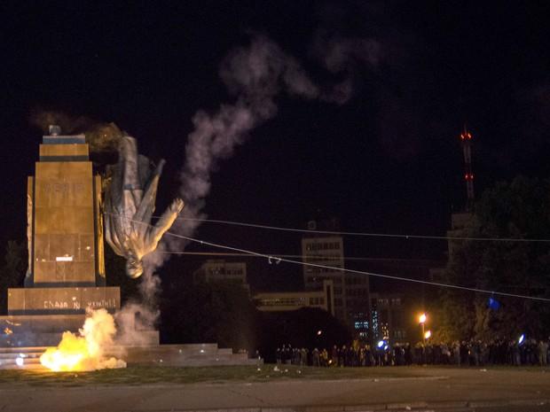 Ativistas derrubam monumento de Lênin em Kharkiv, na Ucrãnia, neste domingo (28) (Foto: AP Photo/Igor Chekachkov)