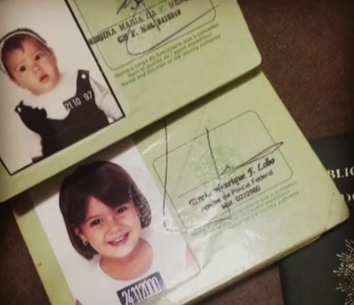 Giullia Buscacio mostra diferentes passaportes na infância (Foto: Arquivo pessoal)
