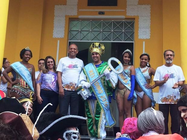 Prefeito entregou chave da cidade à corte carnavalesca em Poços, MG (Foto: Ascom Prefeitura)
