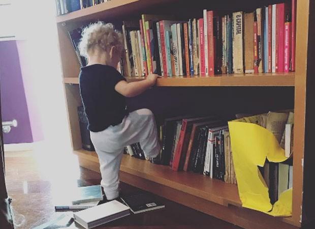 Madalena, filha de Pitty, brinca com estante de livros (Foto: Reprodução/Instagram)