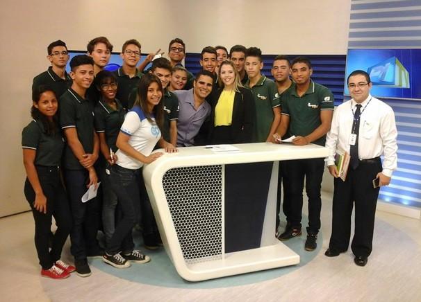 Jornalista Denise Freitas também explica sobre a rotina de trabalho na emissora de tv (Foto: Rede Clube)