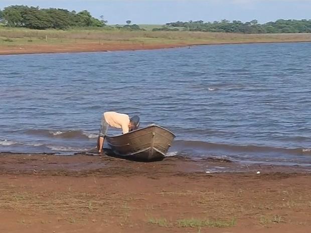 Três homens ficaram à deriva no Rio Grande, em Mira Estrela (SP) (Foto: Reprodução/ TV TEM)