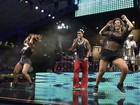 Esbanjando boa forma, Carla e Scheila Carvalho dançam no Harmonia